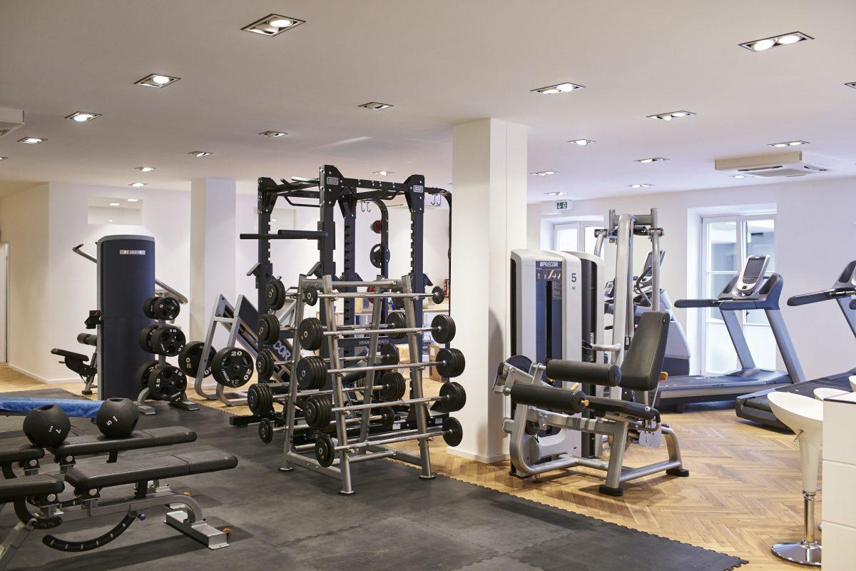 Elite Sport Club Fitnessstudio mit verschiedenen Geräten