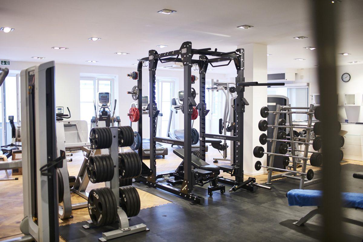 Elite Sport Club Fitnessstudio Freihantelbereich und Laufbänder