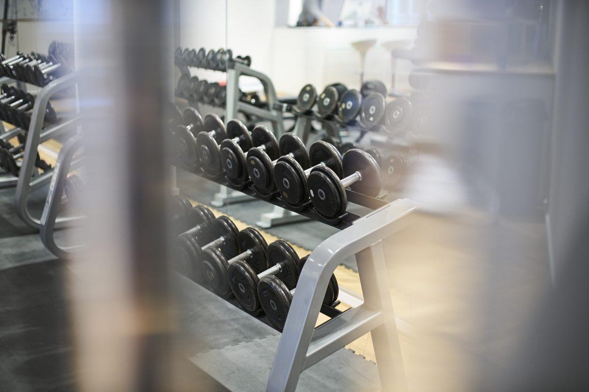 Detailaufnahme Kurzhanteln im Fitnessstudio